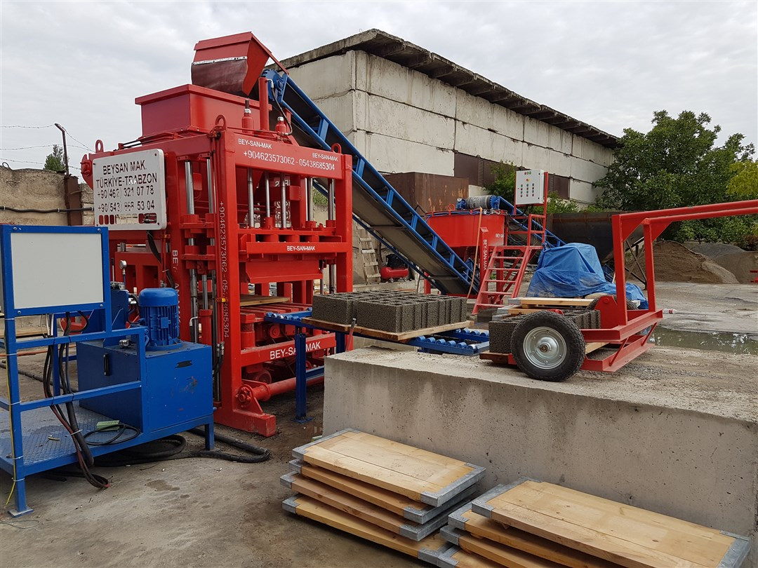 Concrete-Block-Making-Machine-For-Producing-Concrete-Blocks.jpg