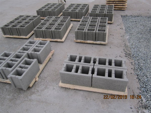 hollow_concrete_blocks_over_the_pallet.jpg